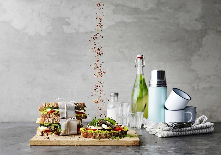 Sandwich_avocado_mozzarella_dish_3