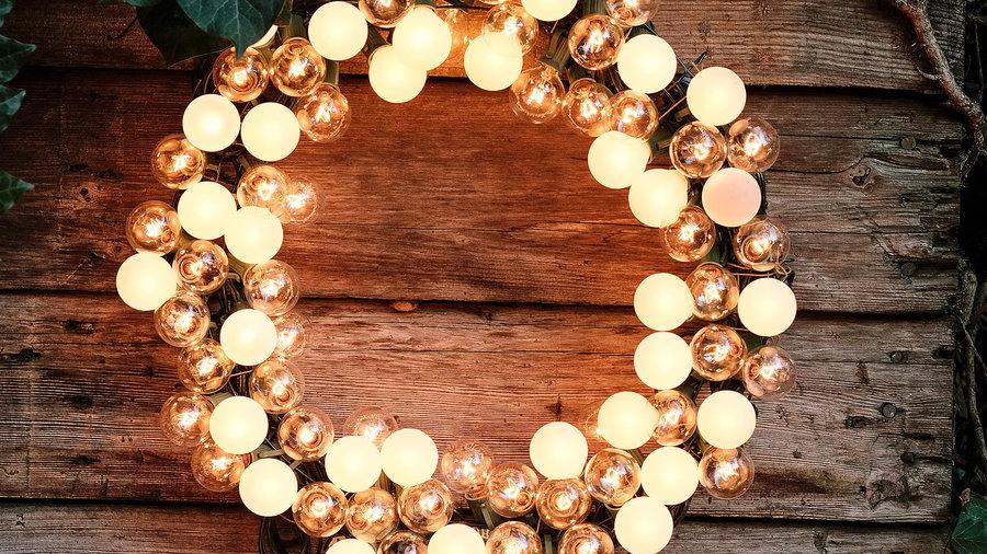 garden-holiday-lighting-electric-wreath-1215-xl
