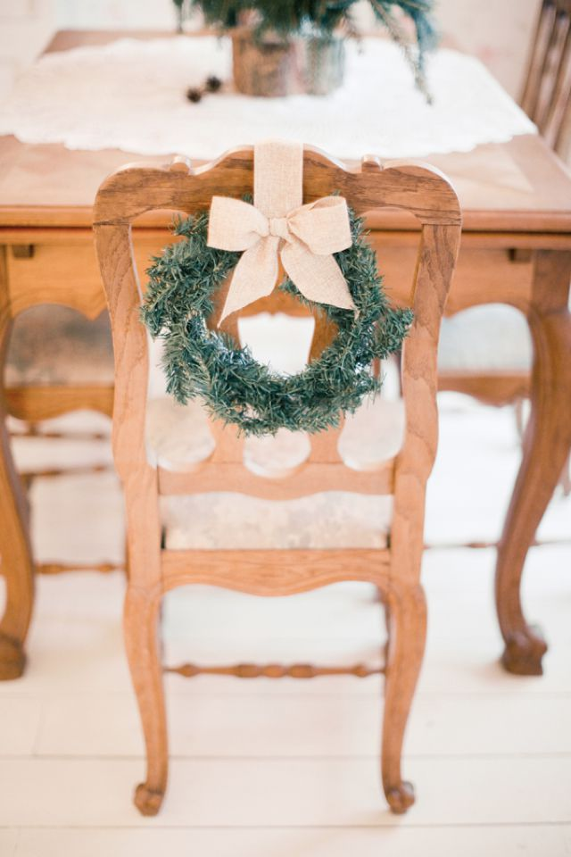 holiday-decorating-ideas-wreath-chair